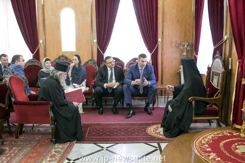 Mayor Klychko converses with His Beatitude